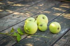 De appelen van de Papirovkarang, witte appel op oude houten lijstbovenkant Stock Afbeelding