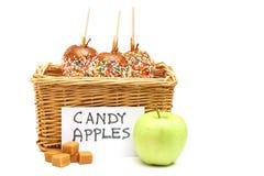 De appelen van het suikergoed in een mand voor verkoop stock fotografie