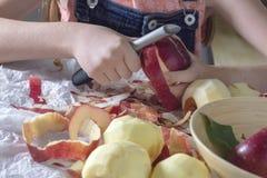 De appelen van de meisjesschil die zij van de tuin plukte royalty-vrije stock afbeelding