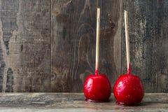 De appelen van suikergoedkerstmis op hout Royalty-vrije Stock Fotografie