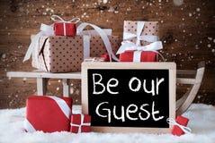 De ar met Giften, Sneeuw, Sneeuwvlokken, Tekst is Onze Gast Royalty-vrije Stock Foto's
