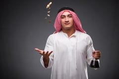De Arabier met olie op grijze achtergrond Stock Foto's
