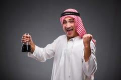 De Arabier met olie op grijze achtergrond Stock Foto