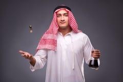 De Arabier met olie op grijze achtergrond Royalty-vrije Stock Foto's