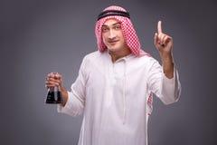 De Arabier met olie op grijze achtergrond Royalty-vrije Stock Afbeelding