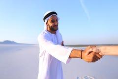De Arabische kerel adverterende agent die camera bekijken vertelt informatie a Stock Foto's