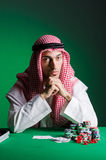 De Arabische man die in het casino spelen Stock Afbeeldingen