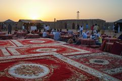 De Arabische nacht uit met het dansen toont in de woestijn stock afbeeldingen