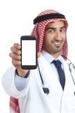 De Arabische Saoedi-arabische mens die van emiraten een lege slimme telefoon app tonen stock foto