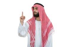 De Arabische Saoedi-arabische mens die van emiraten u richten die op camera op een witte achtergrond wordt geïsoleerd stock afbeeldingen