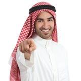 De Arabische Saoedi-arabische mens die van emiraten u richten op camera Stock Afbeelding