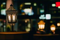 De Arabische straatlantaarns verlichten in de nachtstad van Doubai in de Verenigde Arabische Emiraten stock afbeelding