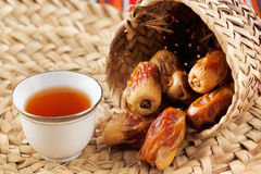 De Arabische thee en de data symboliseren Arabische gastvrijheid royalty-vrije stock afbeeldingen