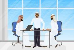 De Arabische Vergadering van de Bedrijfsmensenbrainstorming in Modern Bureau met Laptop Computers vector illustratie
