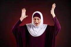De Arabische vrouw in hijab drukt woede en ontevredenheid uit stock fotografie