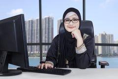 De Arabische vrouwelijke ondernemerswerken in bureau royalty-vrije stock fotografie