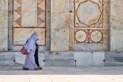 De Arabische vrouwen met sluier lopen naast de moskeekoepel van de Rots Stock Afbeelding