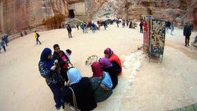 De Arabische vrouwentoeristen bekijken de canion oude stad van Petra in Jordanië Stock Afbeelding