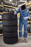 De Arabische werktuigkundige controleert de banden in workshop Royalty-vrije Stock Foto