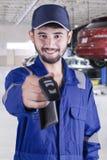 De Arabische werktuigkundige geeft een autosleutel in workshop Stock Afbeeldingen