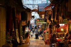 De Arabische winkels in oude stad van Jeruzalem, gift winkelt met traditionele herinneringen, pelgrims en toeristen van het Midde royalty-vrije stock foto