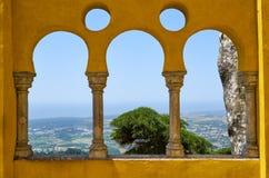 De arabiska stilbågarna på terrassen av den Pena slotten Sintra portugal royaltyfri foto