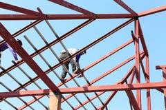 De arbeid die in bouwwerf voor dak werken treft voorbereidingen Royalty-vrije Stock Foto