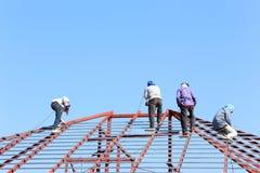 De arbeid die in bouwwerf voor dak werken treft voorbereidingen Royalty-vrije Stock Afbeeldingen