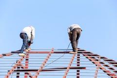 De arbeid die in bouwwerf voor dak werken treft voorbereidingen royalty-vrije stock foto's
