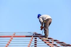 De arbeid die in bouwwerf voor dak werken treft voorbereidingen royalty-vrije stock fotografie