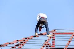 De arbeid die in bouwwerf voor dak werken treft voorbereidingen Stock Fotografie
