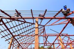 De arbeid die in bouwwerf voor dak werken treft voorbereidingen Stock Foto