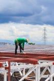 De arbeid die in bouwwerf voor dak werken treft voorbereidingen Stock Afbeeldingen