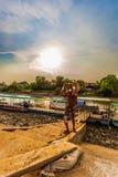De arbeid die het zand bewegen van de boot Royalty-vrije Stock Foto's