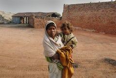 De Arbeid van de vrouw op Indisch baksteen-Gebied stock afbeelding