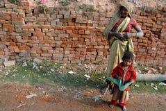 De Arbeid van de vrouw op Indisch baksteen-Gebied stock fotografie