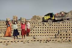 De Arbeid van de vrouw op Indisch baksteen-Gebied royalty-vrije stock afbeelding