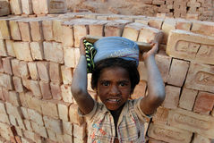 De arbeid van het kind bij de Indische Steenbakkerij Stock Fotografie