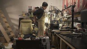 De arbeider Aziaat treft om met juwelen in workshop te werken voorbereidingen stock video