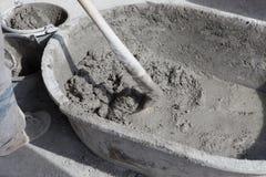De arbeider bereidt gemengd voor klaar van het cementmortier Royalty-vrije Stock Foto