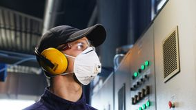 De arbeider in beschermende glazen controleert machinecontrolebord stock video