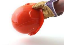 De arbeider in beschermende handschoenen houdt een oranje bouwvakker in zijn hand 3d illustratie op witte achtergrond Stock Foto's