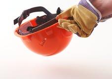De arbeider in beschermende handschoenen houdt een oranje bouwvakker in zijn hand 3d illustratie op witte achtergrond Royalty-vrije Stock Fotografie