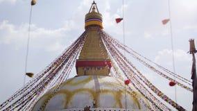De arbeider bovenop een stupa van Bouda, stock videobeelden