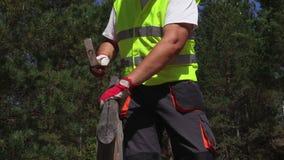 De arbeider controleert de bouw van de treden stock footage