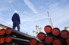 De arbeider, de olie en de brandstof van de industrie stock fotografie