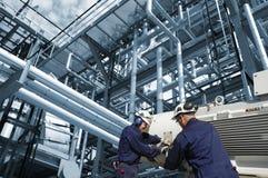 De arbeider, de olie en de brandstof van de industrie royalty-vrije stock afbeeldingen