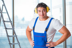 De arbeider die met lawaai hoofdtelefoons annuleren stock foto's