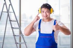 De arbeider die met lawaai hoofdtelefoons annuleren royalty-vrije stock foto