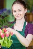 De Arbeider die van de bloemwinkel Tulip Arrangement creëren stock afbeelding